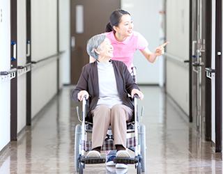 病院、福祉施設などでの介護